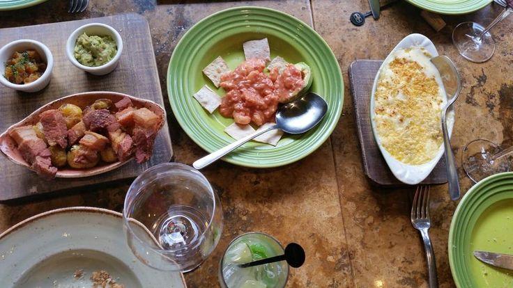 Para compartir, ¿prefieren un cremoso pomme gratin Dauphinois, un sabroso coctel de camarones o unos jugosos chicharrones cocidos al vacío y fritos?