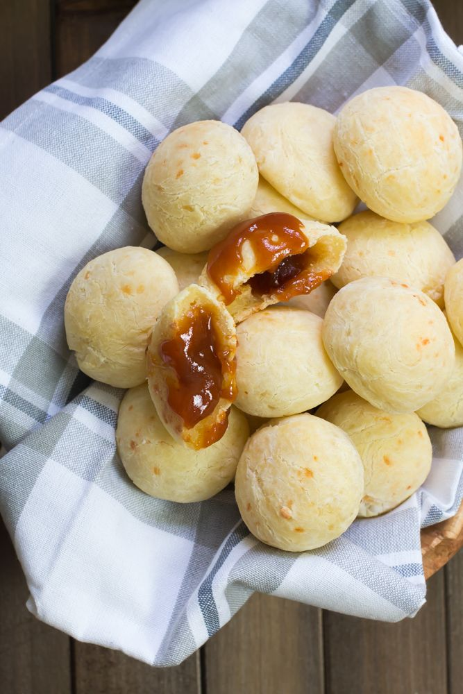 Pao de queijo recheado com goiabada #vaicomeroque #goiabada #paodequeijo (1 of 1)-2
