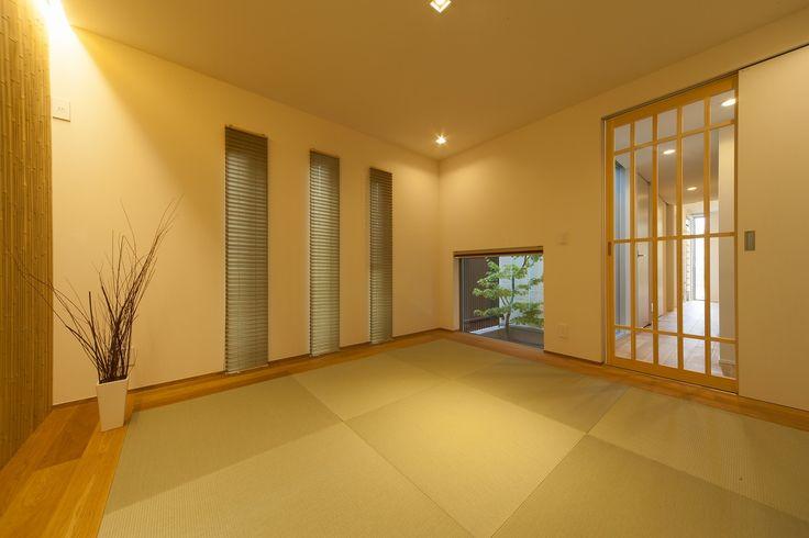 客間にもなる1階の和室は、凛とした佇まいで、洗練されたスタイリッシュなデザインに。 地窓から見える緑が、季節や趣きを感じさせます。   #和室 #中庭 #地窓 #縁ナシ畳 #琉球畳 #ラビングホーム #不動産 #建築 #新築戸建 #施工事例