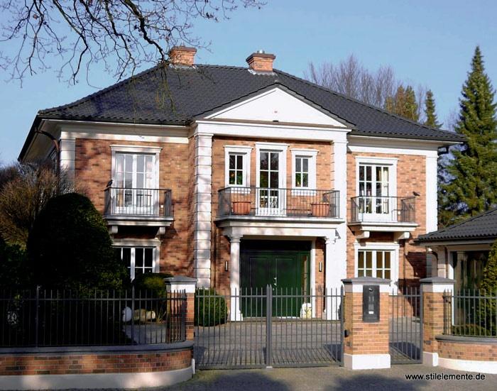 neues klassizistische Villa Säulen und Bossensteinen