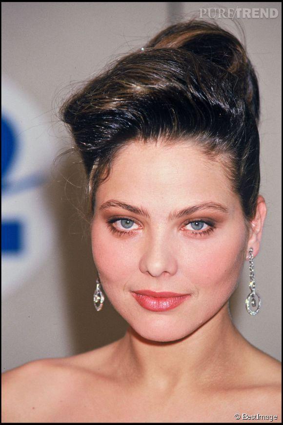 7 ans plus tard le 8 mars 1987, Ornella Muti n'a pas changé d'un pouce lorsqu'elle arrive à la cérémonie des Césars à Paris.