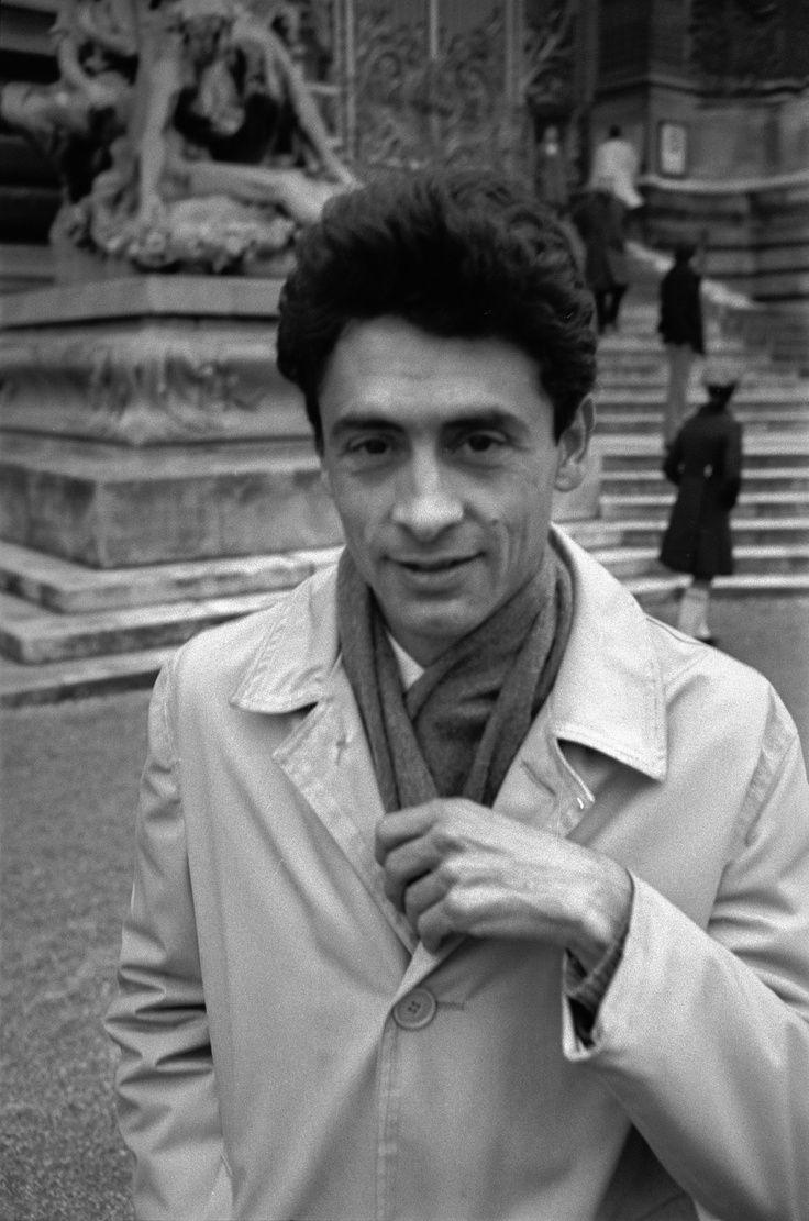 Nació en una familia acomodada. Es considerado el fotógrafo chileno más importante en la historia, gracias a su paso por la Agencia Magnum. En donde realizó sus obras de mayor prestigio.
