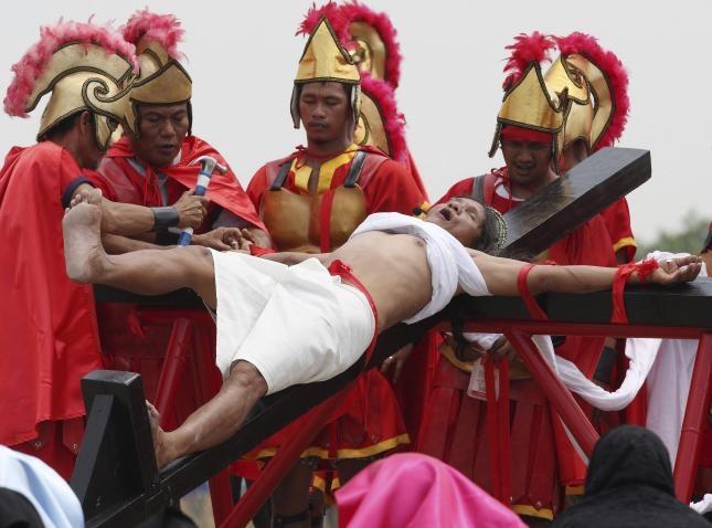 Un penitente católico se crucifica con motivo del Viernes Santo, hoy, 05 de abril de 2012, en la localidad de San Fernando, a unos 70 kilómetros al norte de Manila (Filipinas), con la creencia de que su sacrificio traerá buena salud para los suyos. La jerarquía católica filipina no recomienda este tipo de ritos, aunque a diferencia de otros años, esta vez no se ha opuesto a ellos de manera rotunda. EFE/ROLEX DELA PENA
