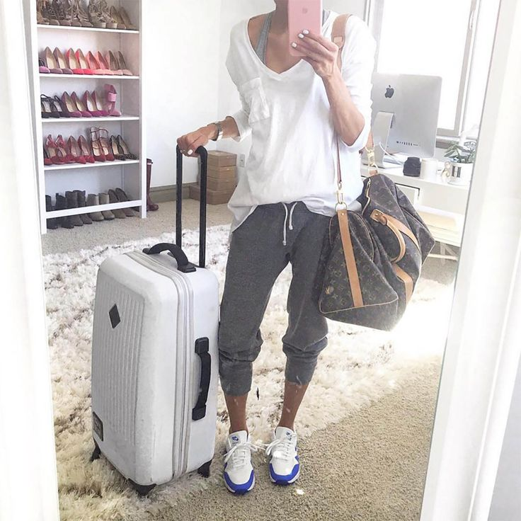 Hello Fashion | Grey tank top+white longsleeve+grey jogger pants+white and blue sneakers. Spring travel outfit 2016