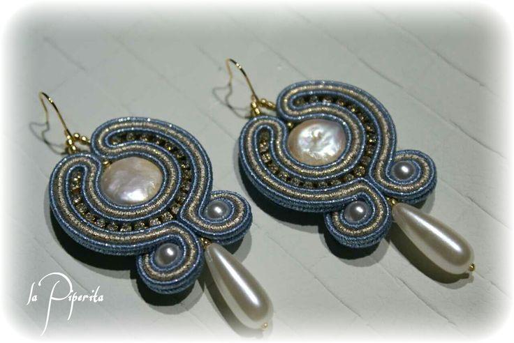 Orecchini realizzati con tecnica soutache, perle coltivate, monachella 16k placcatura oro ( cm. 7 x 3,5 circa ). Soutache earrings, cultured pearls, Hook 16k gold plated. #earrings #handmade #soutache #jewelry