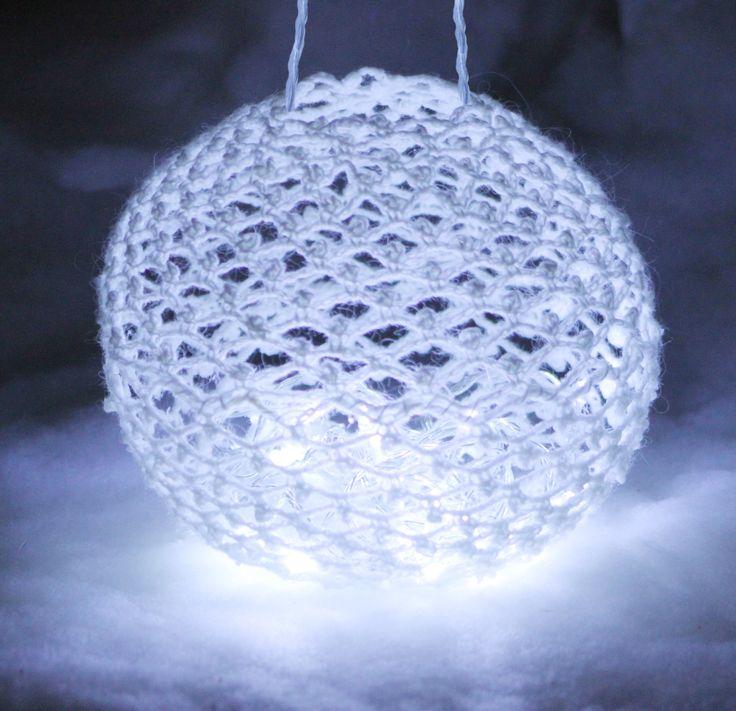 Valopallo jouluksi. 20 cm kokoinen virkattu ja kovetettu  valoilla täytettävä pallo. Kuvasarja työvaiheista.