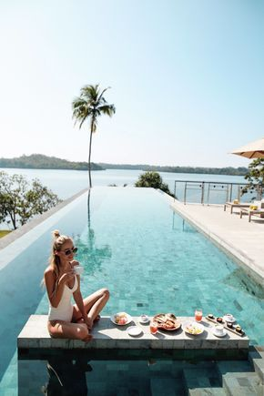 Breakfast at the infinity pool at Tri hotel I Sri Lanka