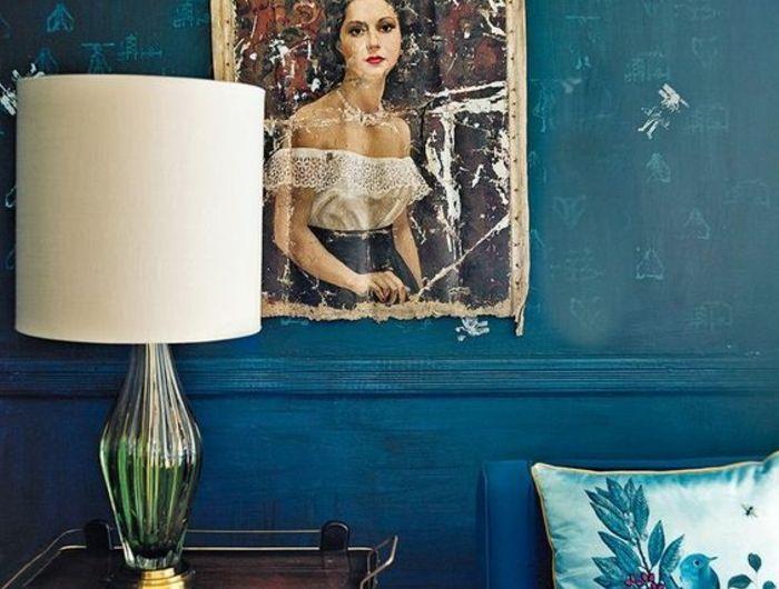 déco chambre bleu canard, portrait de jolie femme, lampe abat-jour, coussin décoratif
