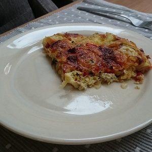 Hartige taart (quiche) zonder bodem met chorizo en groentes