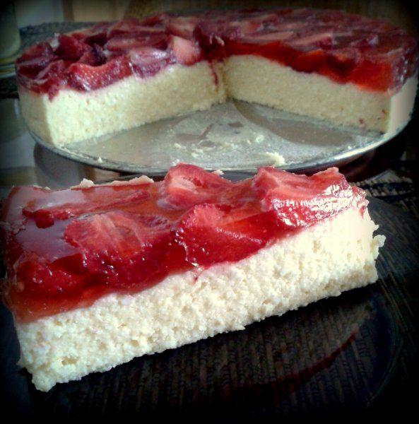Hozzávalók (26 cm-es tortaformába): 50 dkg túró 25 dkg porcukor 1 vaníliás cukor 4 tojássárgája 20 dkg vaj 1 zselatin 1 dl tej egy kis hideg víz
