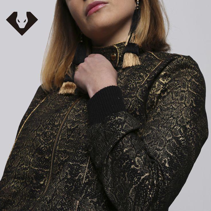 Cazadora bomber de color dorado y negro con print de serpiente. 100% algodón con el forro de rayon. Made in Spain