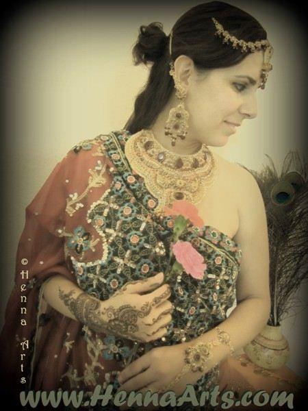 http://hennaarts.com/indian-clothing.htm  Indian wedding dresses, lehenga, choli, bridal sari and jewelryWedding Dressses, Indian Wedding Dresses