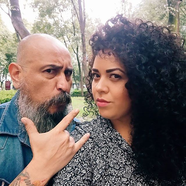 Estabamos por hacer fotos y que llueve ☔💧☔ Así el verano en #CDMX 😒 Pero no podía faltar la ya tradicional #selfie con mi súper fotógrafo @cessgaribayfotografia ✌ #yocurvilinea #arhemolina #blogcurvy #personalstyleblogger ⚡ • • • • • • • • • • 💁 #hair #hairstyle #curls #curlsonfleek #perfectcurls #loosecurls #naturalcurls #bigcurls #curlyhair #curly #curlyhairdontcare #curlygirls #curlynatural #curlygirlsrock #perfectcurls  #hairofinstagram #coolhair #friends #beard #bearded #besties