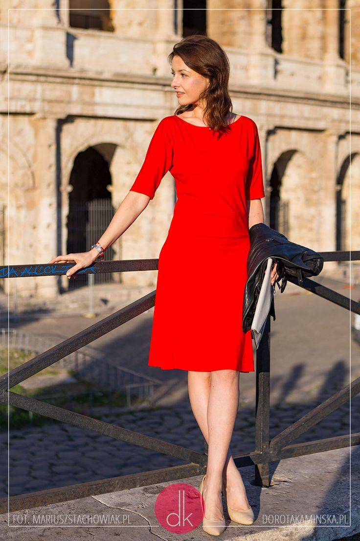 Czerwona sukienka, ramoneska i beżowe szpilki - stylizacja w Rzymie we włoskim stylu.  #rome #colosseo #koloseum #rzym #moda #reddress #sukienka #outfit #stylizacja #fashion