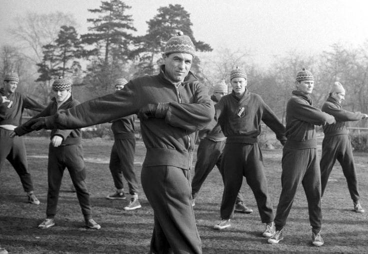 Salgótarjáni Bányász Torna Club (1965) Salgótarján, 1965. január 25.  Grosics Gyula edző (elöl,k) vezetésével nyújtógyakorlatokat végeznek a salgótarjáni labdarúgócsapat játékosai.