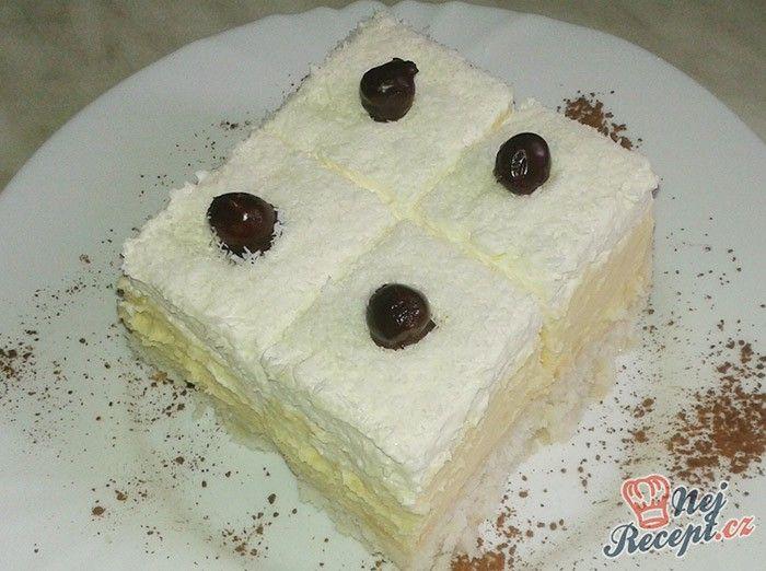Lahodné kokosové kostky s vanilkovým pudinkem, zdobené jádrem z lískového ořechu obalené v hořké čokoládě. Autor: Kvietok