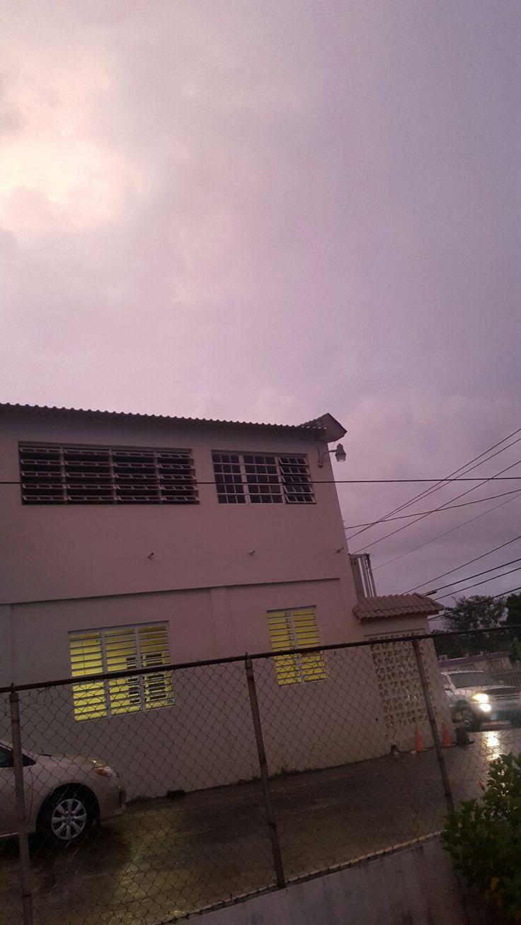 El hermoso cielo del 4 de julio de 2017. Lluvia pero el sol sale para colorear el cielo entre nubes.  Mai Puerto Rico