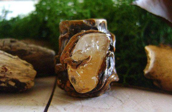 Dreadlock unici fatti a mano Dreadlock Queste perle hanno foro 10 mm Lungh. 21 mm. Grande 17 mm.   Spedizione veloce Numero di consegna sono forniti  QUARZO CITRINO   Citrino è una pietra gioiosa con energia luminosa che illumina in su molti aspetti della vita di chi lavora con esso. Ha energie di buona fortuna e buona fortuna, anche se questi può essere visualizzato in modo imprevisto.  Citrino è ben conosciuto nel lavoro di cristallo come una pietra, successo e prosperità, al punto che si…