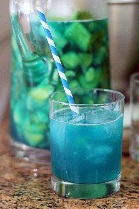 SANGRIA BLEUE PÉTILLANTE Une bouteille de vin blanc sec (Signé Vignerons par exemple !) 1/2 tasse de Curaçao Bleu 60 ml de gin (Bombay Sapphire par exemple !) 1 citron 2 poignées de bleuets 1/2 ananas 500 ml de Sprite ou 7-Up 1/2 tasse de sirop simple (moitié eau, moitié sucre au micro-ondes) Glaçons I NARCITY.com