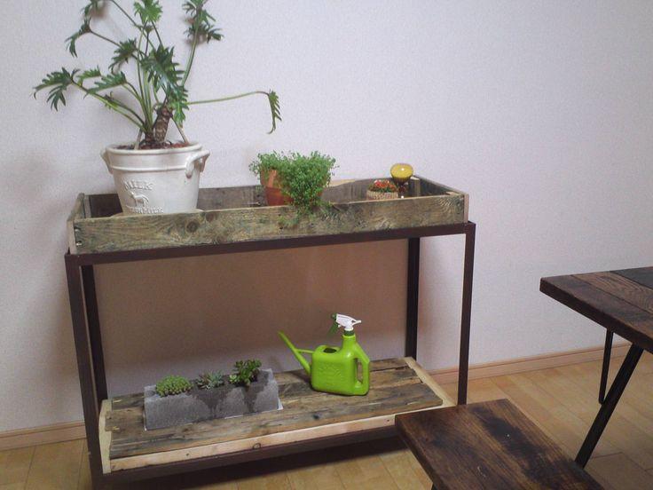 「プランター架台」・・・土台部分は鉄アングルを溶接。木の箱は、古い流通用パレットを分解して組み立て。