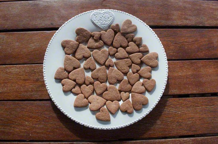 BISCOTTI AL CACAO A FORMA DI CUORE frollini al cacao a forma di cuore di tre dimensioni.