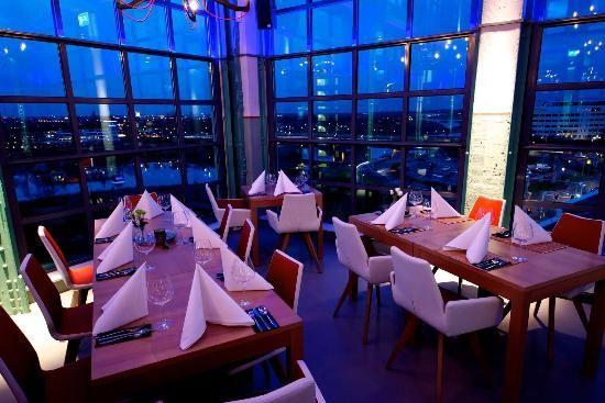 """Yaguaskybar.nl - """"We welcome you to cloud 9..."""" Op een unieke locatie met schitterend uitzicht over de Maas. In deze trendy loungebar, op de hoogste verdieping van de Nedinscotoren, kunt u terecht voor lunch en diner."""