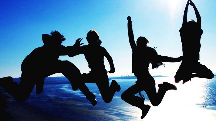 """""""Šťastie je návyk – tak si ho vybuduj"""" – Elbert Hubbard Všetci túžia po šťastí. Nikto nechce byť smutný alebo depresívny. Všetci sme už v živote videli ľudí, ktorí sú stále šťastní – aj keď si prechádzajú cez ťažké životné skúšky."""