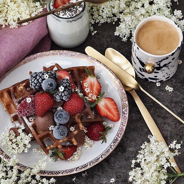 Good morning Saturday, Good morning beautiful People 🌿 Zaczynamy słoneczny weekend 👌 a na śniadanie gofry z kwiatami czarnego bzu 🌸 u nas z mąki orkiszowej chlebowej ale możecie użyć także pszennej 👉 PRZEPIS: 🌸300 ml mąki 🌸po 100 ml mleka, maślanki i wody gazowanej 🌸czubata łyżeczka proszku do pieczenia  🌸1/2-1 szkl. kwiatów czarnego bzu (bez łodyżek)  🌸jajko 🌸2-3 łyżki ksylitolu lub erytrolu  🌸do podania owoce + jogurt   Wszystkie składniki z wyjątkiem kwiatów zmiksować, odstawić…