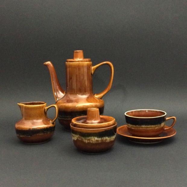 """Porcelitowy komplet do herbaty """"Agat"""" dla sześciu osób z Mirostowickich Zakładów Ceramicznych z lat 60. ubiegłego wieku."""