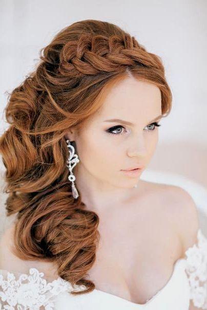 Свадебные прически с локонами подойдут для романтичного образа невесты. Локоны в таких прическах могут быть завиты как в крупные, так и мелкие кудри.