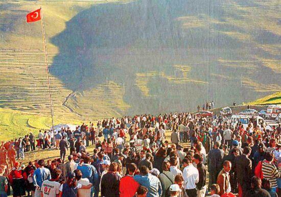 http://arastiralim.net/ilk/wp-content/uploads/2009/12/Atat%C3%BCrk-Silueti-Karada%C4%9F-2003-Koyun-S%C3%BCr%C3%BCs%C3%BC.jpg adresinden görsel. Atatürk Rocks