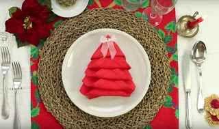 VIDEO Metodo semplice e veloce per decorare la tavola natalizia con semplici tovaglioli Prevedi degli ospiti  a casa tua per le vacanze di Natale? Allora rendi la tua tavola ancora più speciale, decorandola con l'aggiunta di bellissimi alberi di Natale, creati in maniera semplice e velo #natale #tavoladinatale #decorazioni