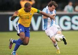 Podemos ver a este jugador el cual impacta el balón, mientras el otro intenta evitar el pegue , se notan muy cansados y frustrados.