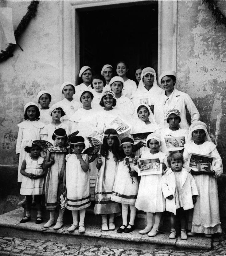 Sciedi di Cascia, anni 40. Festa del sacro cuore di Gesù. Bambine e ragazze adoloscenti in posa per la foto ricordo sul sagrato della chiesa addobbata con festoni di fiori verdi come si usava un tempo per le grandi solennità religiose.