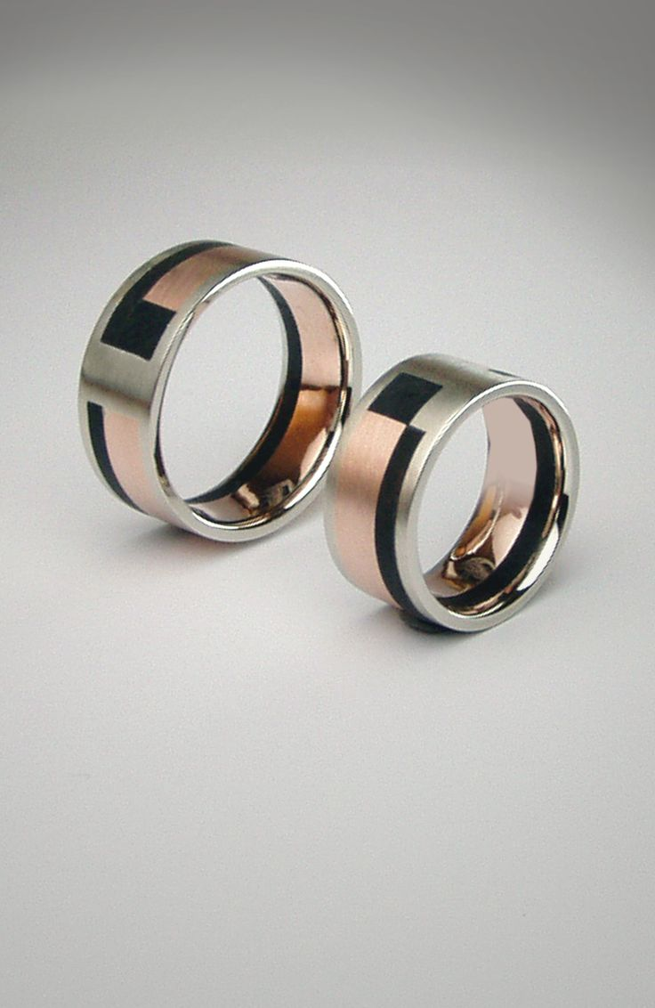 Ében a gyűrűben Két eltérő karikagyűrű ami első ránézésre fel sem tűnik. Ebből a modellből az elsőt még ébenfával készítettem. Azóta viszont találtam a fánál karikagyűrűbe alkalmasabb, kevésbé kényes anyagot. A colorit egy fényre kötő anyag, olyasmi elven működik mint a fogtömés. Sok színben létezik, de legszebb belőle a fekete. Lehet matt vagy fényes kivitel. A matt fekete verzió megtévesztően hasonlít az ébenfára viszont sokkal megbízhatóbb annál. ---White gold rose gold ebony---