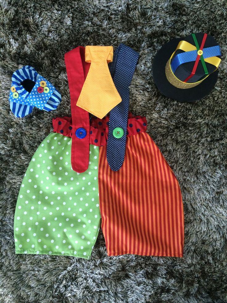 Fantasia de palhaço para bebês. <br>Acompanha cartola de EVA, gravata com ajuste de amarrar e sapatinho de tecido com tecido antiderrapante na sola. <br>Tamanho 1 ano padrão. Tem elásticos na cintura e alças, que faz com que sirva em qualquer bebê de 1 ano (exceto bebês muito maiores ou muito menores que o normal). <br>No anúncio, há 2 combinações de cores. Você pode escolher! <br> <br>Ao comprar, informe suas preferências e a data da festa.