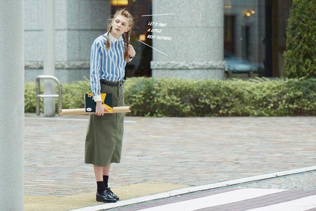 STRIPE SHIRT × MILITARY SKIRT  ラウンドカラーが女性らしいストライプ柄のクレリックシャツに、オリーブのロングスカートを合わせた春色ミリタリースタイル。足元は黒のレースアップシューズで引き締めて。