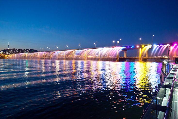 Радужный мост-фонтан «Банпо» в Сеуле (Южная Корея)