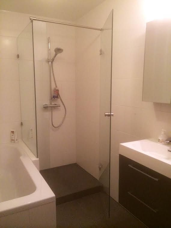 Afbeeldingsresultaat voor douchecabine naast bad