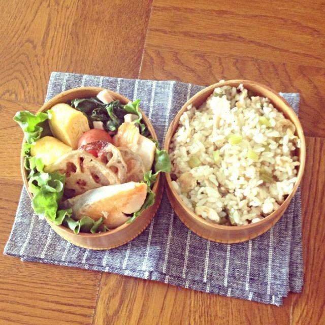 お米と油揚げ、醤油•みりん•酒•だし汁を一緒に炊いて、炊き上がりにかぶの葉を混ぜ込んだごはん。  おかずは、 ≡ 焼鮭 ≡ ほうれん草とハムとバター炒め ≡ 卵焼き ≡ 蓮根の素揚げ - 63件のもぐもぐ - 5.28 かぶの葉と揚げの炊き込みごはん弁当 by ayafuya
