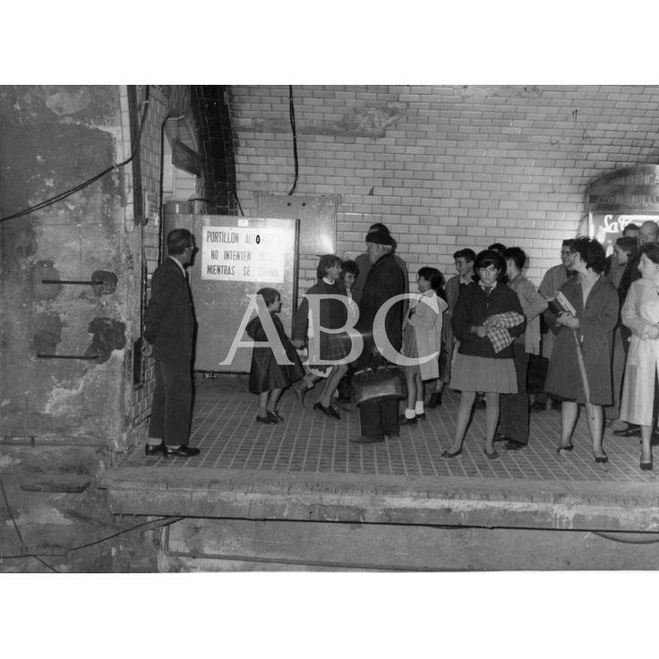INSTALACIÓN EN PRUEBAS DE LAS PRIMERAS PUERTAS AUTOMÁTICAS EN EL METRO DE MADRID, CONCRETAMENTE EN LA ESTACIÓN DE BILBAO.: 10/1962