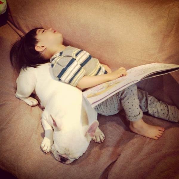 Criança dormindo com cachorro