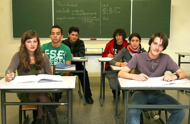 La voie générale prépare en deux ans les lycéens au baccalauréat général et à la poursuite d'études supérieures, principalement en université ou en classes préparatoires. Elle comprend trois séries : littéraire (L), économique et sociale (ES) et scientifique (S).