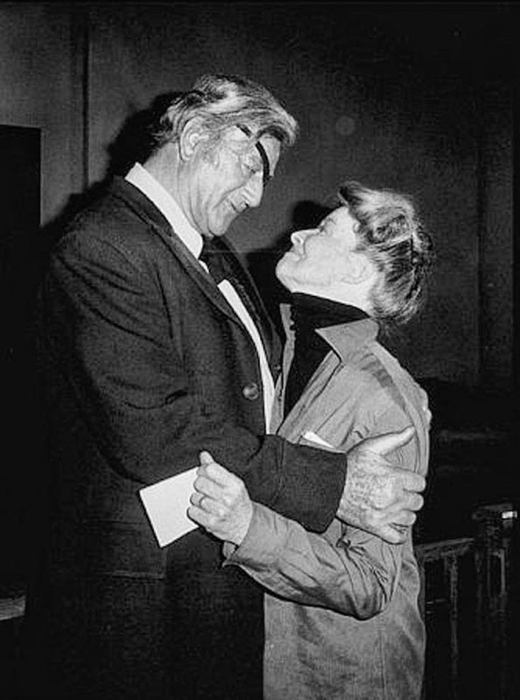 """John Wayne y Katharine Hepburn en el rodaje de """"El Rifle y la Biblia"""" (Rooster Cogburn), 1975"""