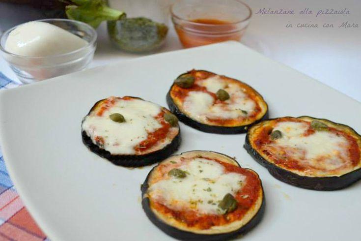 Le melanzane alla pizzaiola fette di melanzane condite con un sughetto alla pizzaiola e rese golose dalla mozzarella che in forno diventa filante.