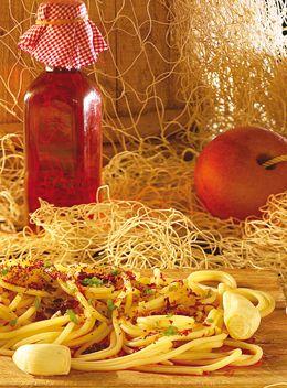 SPAGHETTI CON COLATURA DI ALICI DI CETARA Ingredienti 350 gr. di Spaghetti prezzemolo aglio peperoncino 8 cucchiai di olio extravergine d'oliva 4 cucchiai di Colatura di alici  Preparazione Lessare la pasta in acqua non salata. Nel frattempo preparare un trito di prezzemolo, aglio e peperoncino (se gradito), aggiungere otto cucchiai di olio extravergine d'oliva e quattro cucchiai di colatura di alici di Cetara. Unire la pasta al dente, amalgamare bene il tutto (a crudo) e servire.