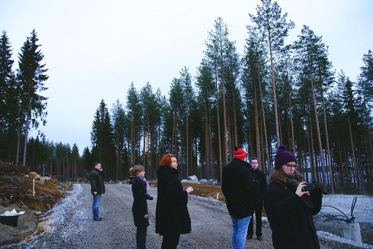 Muutosmuotoilijat J-S Palveluiden opastamana tutustumassa Sulkavalla rakenteilla olevaan Kuumien Kivien asuinalueeseen.