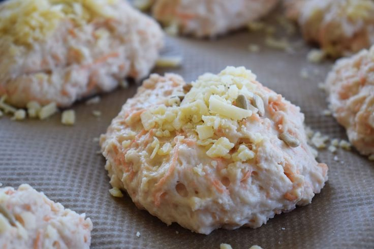 Goda och enkla frallor till helgfrukosten. Snabba frukostfrallor med morötter och västerbottensost ca 7 st 5 dl vetemjöl 2 msk bakpu...