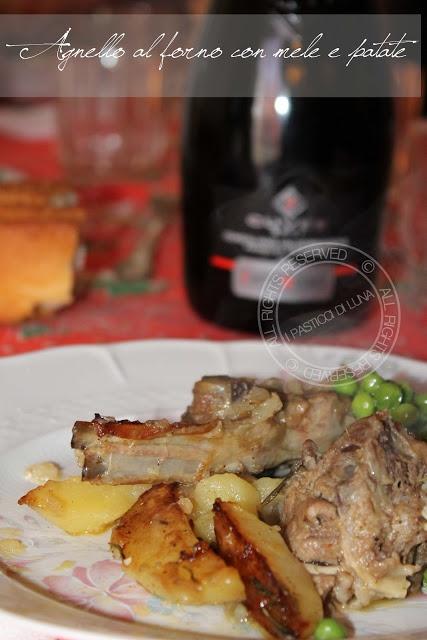 Agnello allo spumante con mele e patate al forno