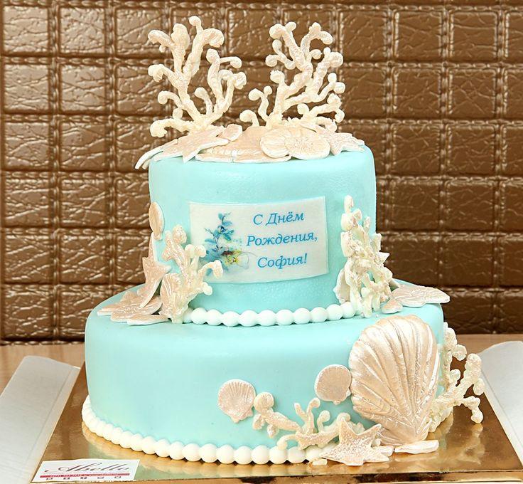 Торт для свадьбы в морском стиле – это один из самых популярных летних тортов! На него можно добавить: съедобные кораллы, морские звезды, ракушки, морских ежей и коньков, пищевой жемчуг - все это будет выглядеть просто фантастически.🐚🐳🍰  Что касается цвета, то свадебный торт в морском стиле замечательно будет смотреться в ярко - бирюзовом, голубом или синем цвете, но также хорошим вариантом будет выбрать белую базу и разбавить ее цветными акцентами, например, коралловым или песчаным…